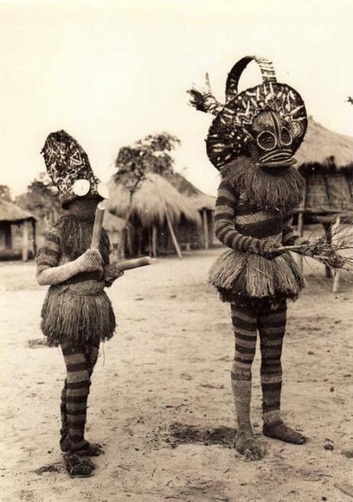 maitres-danseurs-batshioko-durant-les-ceremonies-dinitiation-territoire-de-sandao-province-du-katanga-congo-ca-1931-vintage-press-photo-by-e-steppe