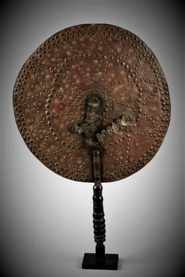 Yoruba fan utilizzato nel culto della dea fluviale oshun, che conferisce il dono dei bambini. Il culto si è diffuso praticamente nell'intero Yorubaland, ma è centrato sulla città di Oshogbo. (2)